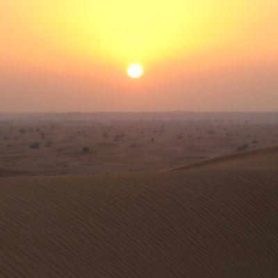 Auringonlasku Arabian aavikkoalueella.