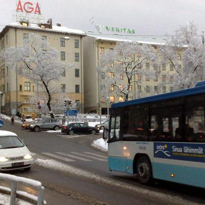 Turun jyrkimpiin mäkiin lukeutuvassa Kaskenmäessä liikenne sujui rauhallisesti ensilumesta huolimatta.