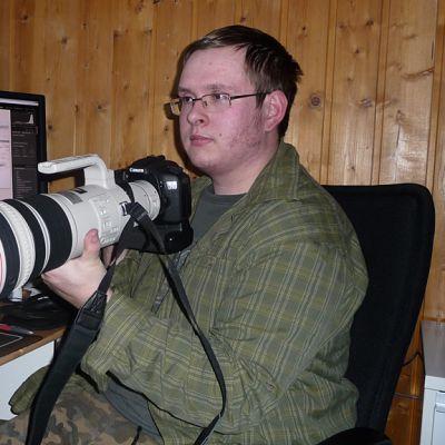 Kuhmolainen Ville Heikkinen ja digitaalinen järjestelmäkamera.