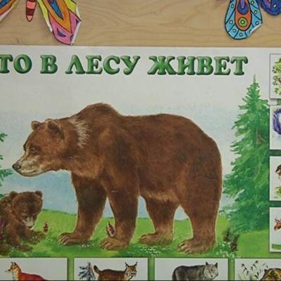 Venäjänkielinen juliste koululuokassa.