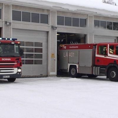 Paloautot lähdössä Rovaniemen paloasemalta.
