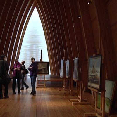 Henkilöitä Pyhän Henrikin ekumeenisessa taidekappelissa.