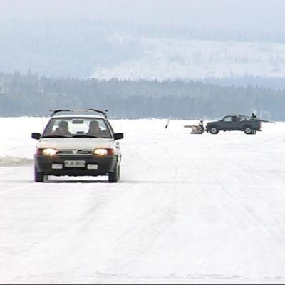 Autoja Kolin jäätiellä.