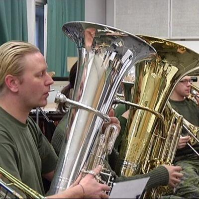 Hämeen Rykmentin Sotilasmusiikkikoulun reserviläissoittokunta harjoittelee Hennalassa.