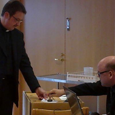 Postitse lähetettyjä ennakkoääniä laitetaan uurnaan Kuopion piispanvaaleissa.