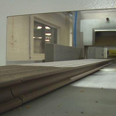 Lämpöpuukomposiittilautaa Lunacompin tehtaalla Iisalmessa.