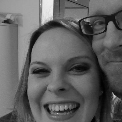 Toimittajat Salla Koskinen ja Mikko Maasola hymyilevät leveästi.