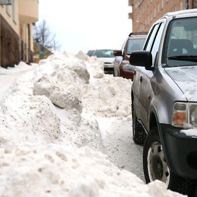 Lumipenkat kaventavat katuja ja autojen pysäköinti vaikeutuu