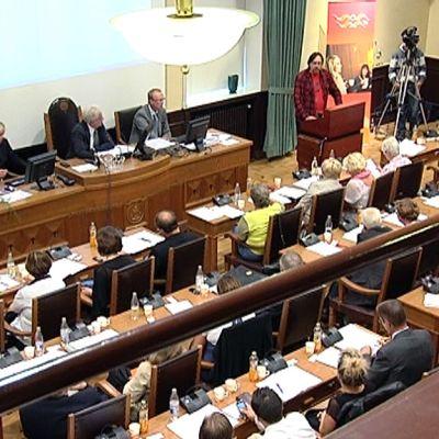 Vaasan valtuusto valitsemassa Tomas Häyryä kaupunginjohtajaksi 15.8.2011.
