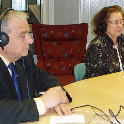 Presidentinvaalien valitsijamiesvaalia muistelemassa vuoden 1988 valitsijamiehet Kirsti Ala-Harja ja Kyösti Virrankoski.