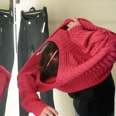 Vaatteiden istuvuutta kokeillaan sovituskopissa