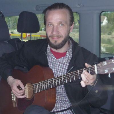 Jarkko Martikainen ja kitara.