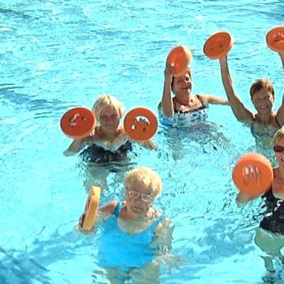 Naisten vesijumpparyhmä harjoittelee joka arkiaamu.