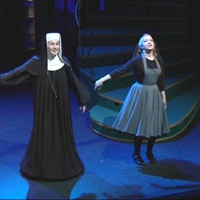 Nunna ja Maria lavalla.