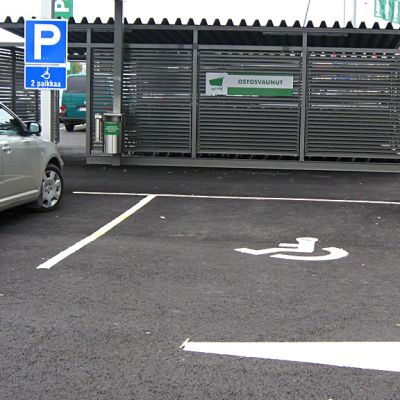 kaksi inva-parkkipaikkaa - toinen varattu