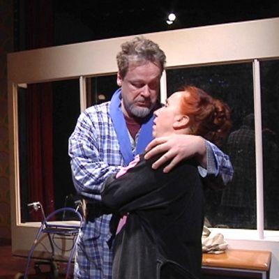 Kuva Anna Krogeruksen kirjoittamasta näytelmästä kuin ensimmäistä päivää. Kuvassa nainen ja mies syleilevät toisiaan.