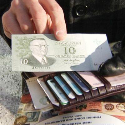 Markat euroiksi vielä tänään 29.2.2012.