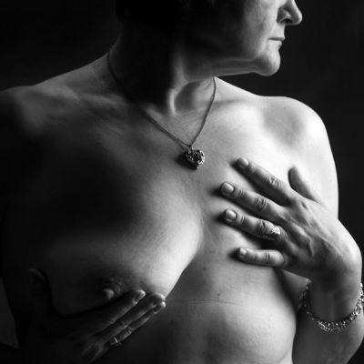 Rintasyövän sairastanut nainen Leena Louhivaaran valokuvassa.
