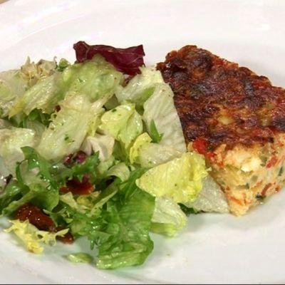 Vuoenjuustopiiras ja salaattia lautasella.