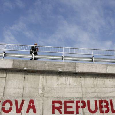 Kosovon pääkaupungissa Pristinassa siltarakenteeseen maalattu graffiti kuvattiin 24. helmikuuta 2012.