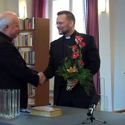 Kuopion nykyinen piispa Wille Riekkinen onnittelee hänen seuraajakseen valittua Jari Jolkkosta.