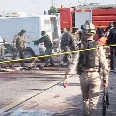 Viranomaiset tutkivat itsemurhapommittajan iskun jälkiä Basrassa.