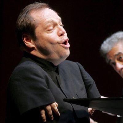 Thomas Quasthoff laulaa, taustalla Placido Domingo.
