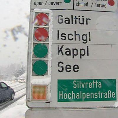Liikennemerkki joka kertoo onko tie auki vai suljettu.