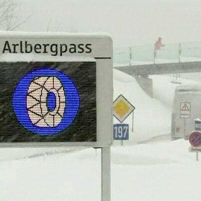 Lumimassat vaikeuttivat liikennettä Itävallan Arlbergpassilla 8. tammikuuta.