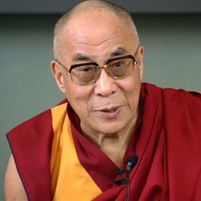 Dalai Lama puhui Helsingissä järjestetyssä lehdistötilaisuudessa.