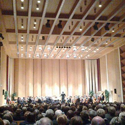 Kuvassa yleisöä ja Kokkolan orkesteri 6.12.2011 Snellman-salilla järjestetyssä itsenäisyyspäivän konsertissa