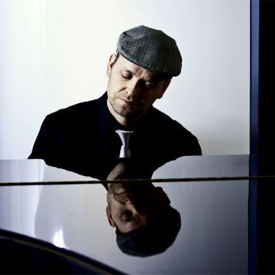 Antti Kleemola pianonsa ääressä.