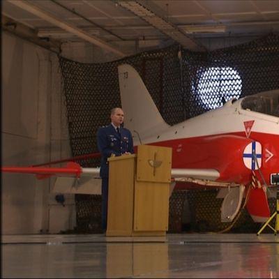 Punavalkoinen Hawk sisällä hallissa.