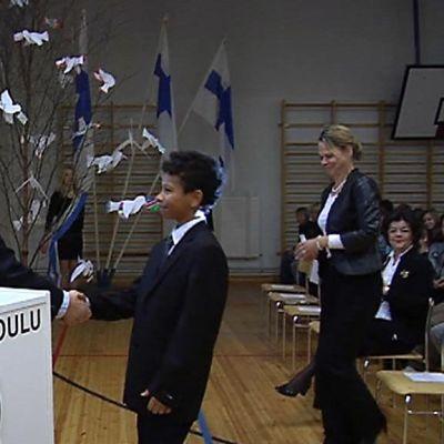 Presidentti Martti Ahtisaari myöntää sovittelijapalkinnon oululaiselle Borys Filistille.