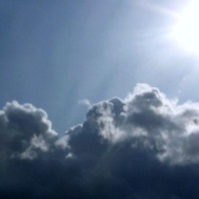 Aurinko ja pilviä.