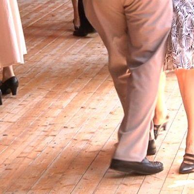 Tanssijoiden jalkoja tanssin pyörteissä