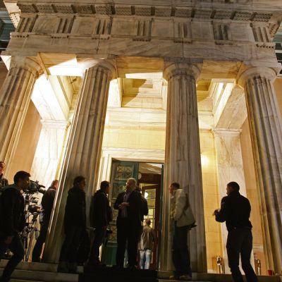 Toimittajia odottelemassa Kreikan parlamentin edessä Ateenassa aamyöstä 2. marraskuuta.