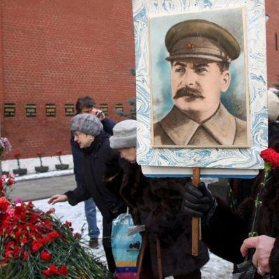 Joukko stalinisteja Josef Stalinin haudalla Kremlissä Moskovassa.