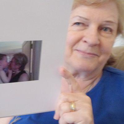 Nainen esittelee kuvakirjaa