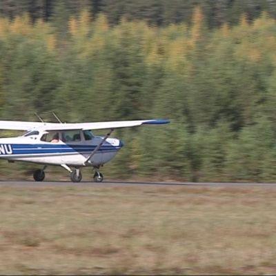 Raivotautirokotteita levittävä lentokone Kiteen kentällä.