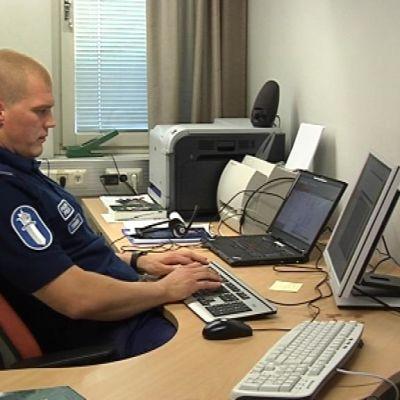 Vanhempi konstaapeli Jarkko Tihinen chattaa IRC-galleriassa.
