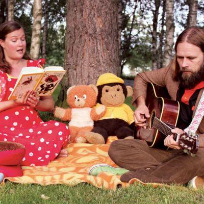 Pia Leinonen ja Joni Tiala ovat näyttämöllä näytelmässä Bremenin soittoniekat.