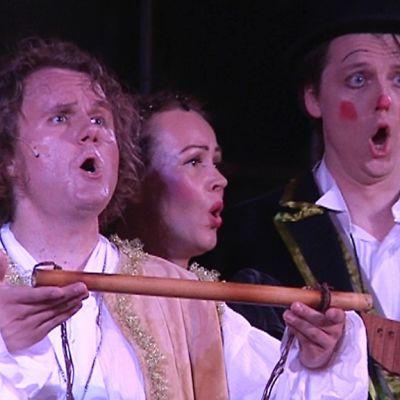 Kuvassa kolme laulajaa:   Tamino  (Lasse Penttinen)vas., 3. nainen           (Tuula Paavola) ja  Papageno (Arttu Kataja).