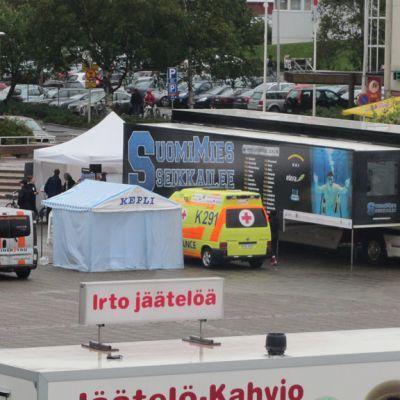 Kuvassa Suomimies - kiertueen telttoja ja kalustoa Kokkolan torilla.