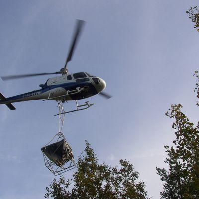 Helikopteri lannoittaa metsää
