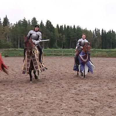 Rohan Tallit harjoittaa keskiaikaisia ratsastus- ja hevostaitoja. Kuvassa neljä miestä keskiaikaissa asuissa hevosten selässä.