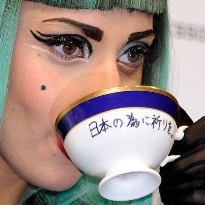 Lady Gaga juo posliinikupista teetä.