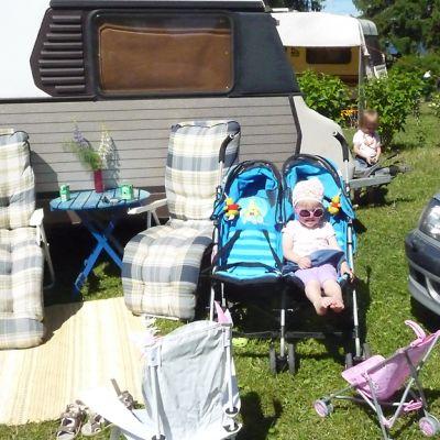 Perhe Tykkimäen leirintäalueella.