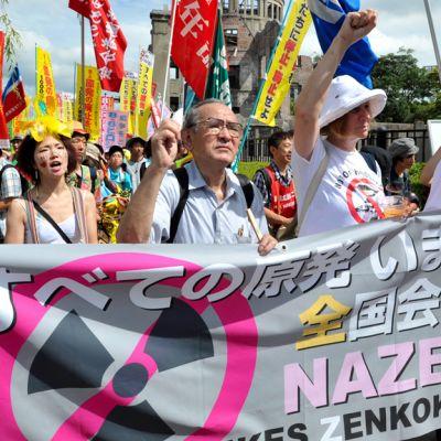 Ydinvoiman ja aseiden vastainen mielenosoitus Hiroshima-päivänä Hiroshimassa 6. elokuuta.