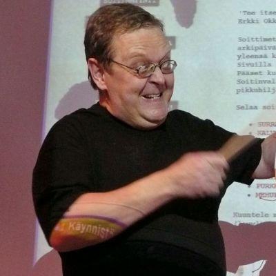 Mikko Perkoila soittaa itsetehtyä rumpua. Kuvassa myös sählypallo-okariina.